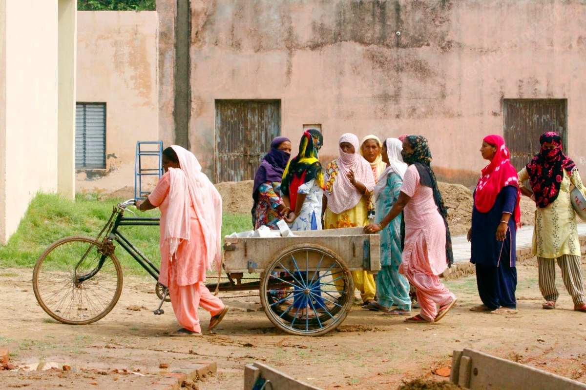 MNREGA workers huddle together, without masks, in Chunni village | Praveen Jain | ThePrint