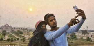 A Muslim couple clicks selfie in front of the Akshardham temple | Photo: Praveen Jain | ThePrint