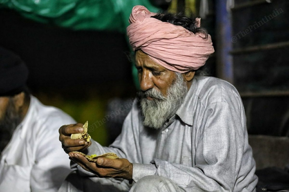 A farmer eats roti sabzi | Photo: Manisha Mondal | ThePrint