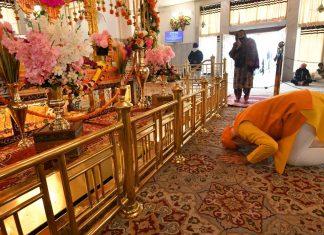 PM Narendra Modi prays at Gurudwara Rakabganj, New Delhi on 20 December, 2020 | @narendramodi | Twitter